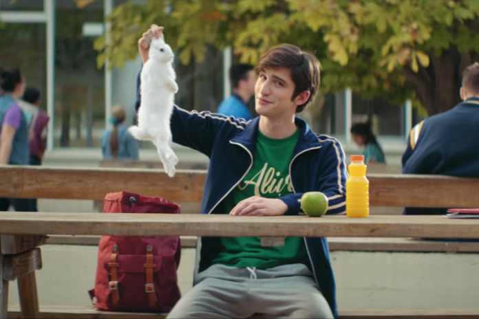 Frame dalla pubblicità di Algida, che coinvolge un coniglio e viene accusata di maltrattamento