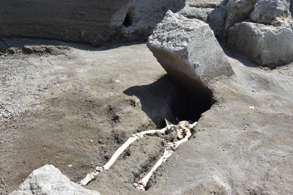Scheletro schiacciato, giovane uomo in fuga dall'eruzione: ritrovamento nel Parco Archeologico di Pompei
