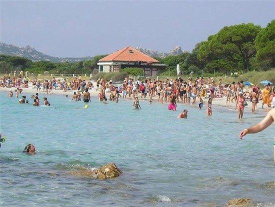 Spiaggia affollata nel Parco nazionale dell'Arcipelago de La Maddalena