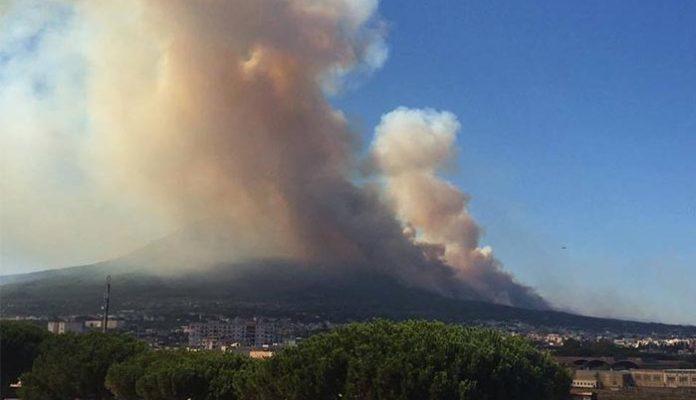La colonna di fumo sul Vesuvio visibile per settimane da Napoli, a seguito del drammatico incendio nell'estate '17