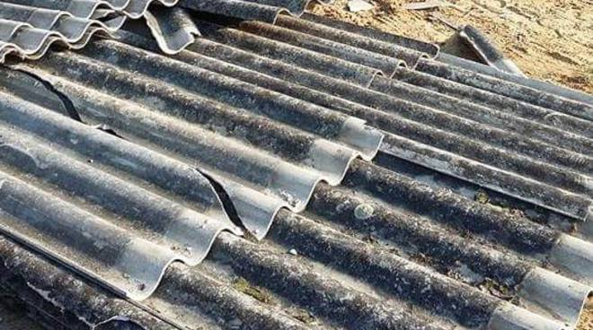 Amianto sul tetto di un'abitazione