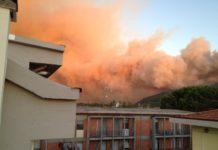 Le fiamme sul Monte Serra viste dalle abitazioni