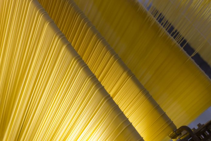 Un moemnto del processo di produzione degli spaghetti