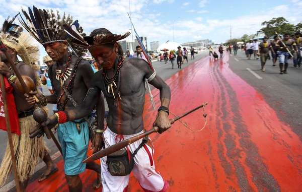 Popoli indigeni durante una manifestazione a Brasilia