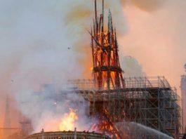 L'incendio che ha inghiottito tetto e guglia della cattedrale parigina di Notre Dame